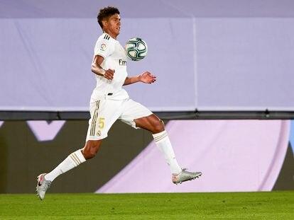 Varane controla la pelota en el partido contra el Alavés en el Alfredo di Stéfano.