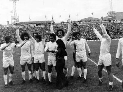 Los jugadores del Madrid celebran el título de Liga después de ganar al Granaa en Los Cármenes.