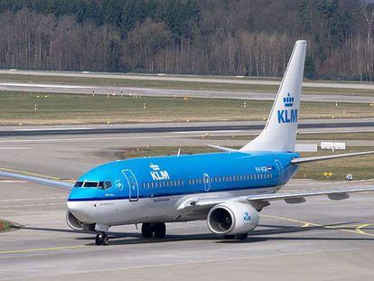 Un avión de KLM, en pista.