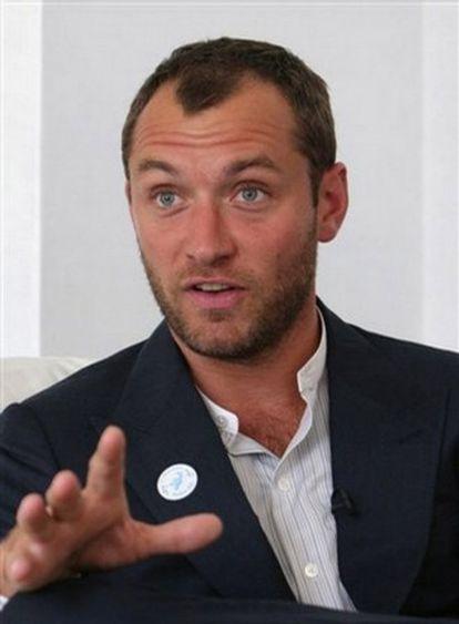 Jude Law en una conferencia en Kabul