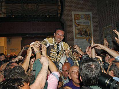 Enrique Ponce, a hombros en Las Ventas, el 2 de junio de 2017.