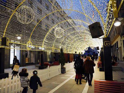 Vista de la iluminación navideña en el centro de Oviedo, este martes.