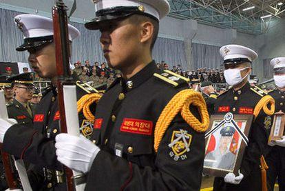 Soldados de la Armada surcoreana desfilan en el funeral de uno de los dos soldados muertos durante el ataque de Corea del Norte a la isla de Yeonpyeong.