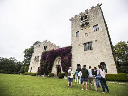 Visitantes del pazo de Meirás, bajo la Torre de la Quimera en la que Pardo Bazán guardaba su biblioteca.