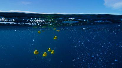 Recreación del accidente de 1992 con patitos de goma, en la serie 'Planeta Azul 2', de la BBC.