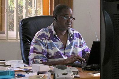 Herman Chinery-Hesse, conocido como el Bill Gates africano, mira la pantalla del ordenaro en su oficina.