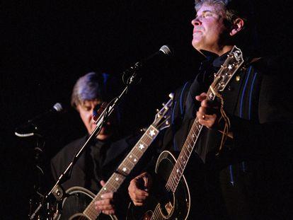 Don Everly, a la derecha, y su hermano Phil, en el Camel Rock Casino de Nuevo México, en 2000.