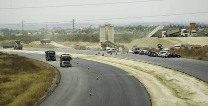 Construcción de un tramo de carretera en la provincia de Sevilla.