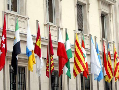 Banderas española y de las Comunidades Autónomas en la fachada del Senado.