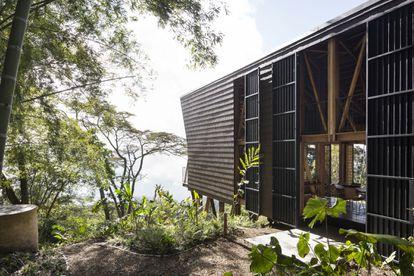 Casa Tejida (2019) es una casa experimental asociada a una plantación de café familiar en una comunidad rural aislada en la región de Cundinamarca, Colombia.
