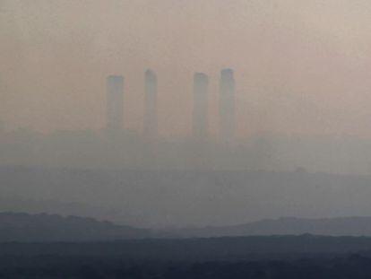Vista de Madrid con un cielo ennegrecido por la contaminación.
