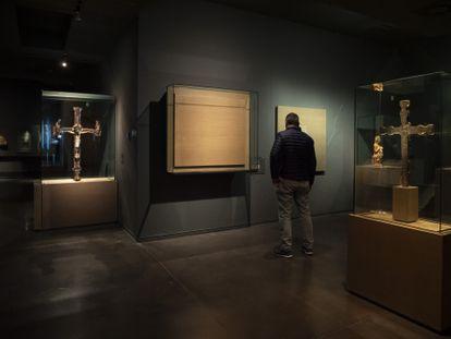 Un visitante observa este martes el espacio vacío donde estaba el frontal de San Vicente de Treserra (siglo XIII), que hoy viajará a Barbastro.