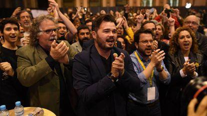 Miembros de ERC celebran los resultados de las elecciones del 28A en Barcelona.