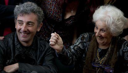 Ignacio Hurban y su abuela Estela de Carlotto.