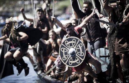 Una romería recrea cada verano el desembarco de los vikingos en Catoira (Pontevedra) en el siglo X.