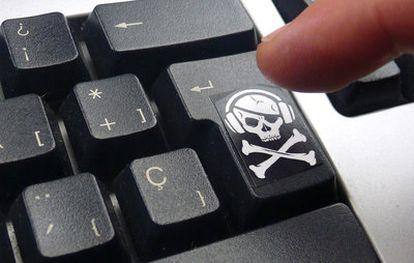 Un teclado de ordenador con el símbolo pirata modernizado de la calavera con auriculares y las tibias cruzadas, en alusión a las descargas ilegales en Internet y los delitos informáticos