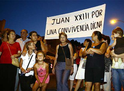 Vecinos del segundo sector de Juan XXIII, anoche, en la manifestación convocada para pedir más seguridad.