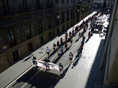 Manifestantes marchan por las calles de Vitoria este sábado en apoyo al preso etarra Patxi Ruiz.