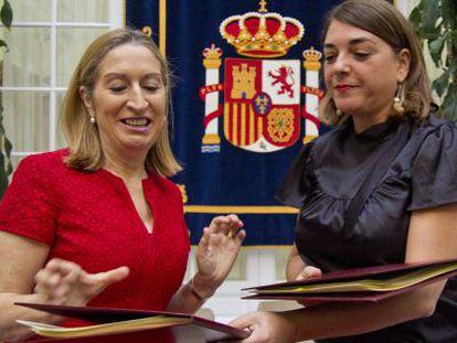 Ana Pastor y Elena Cortes durante la firma del convenio.