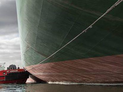 Uno de de los remolcadores de la empresa neerlandesa, en una maniobra a un buque portacontenedores.