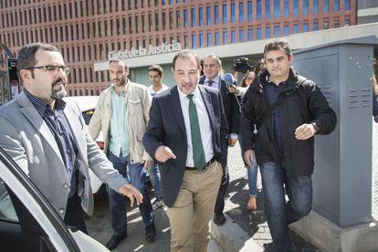 Ramon Espadaler saliendo de la Ciudad de la Justicia en L'Hospitalet.