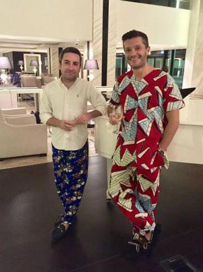 Luis Melgar (derecha) y su marido Pablo, vestidos con las típicas telas de Guinea Ecuatorial.