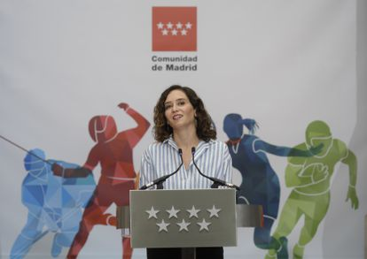 La presidenta de la Comunidad de Madrid, Isabel Díaz Ayuso, interviene en el acto para recibir el título de Maratoniana de Honor.