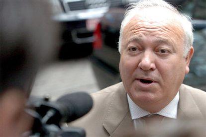 Miguel Angel Moratinos, responde a unos periodistas a su llegada para asistir al Consejo extraordinario de ministros de la UE en Bruselas.