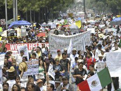 """Marcha en Ciudad de México contra la """"imposición"""" de Peña Nieto."""