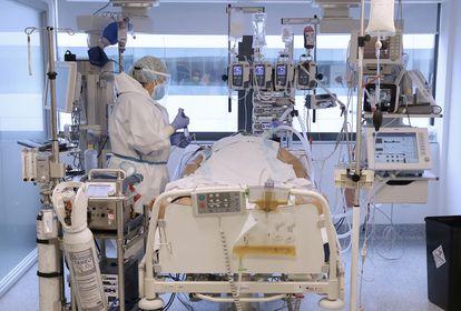 Erika Mejía, ingresada en la UCI del hospital, conectada a un respirador y a un soporte artificial que sustituye la función que el pulmón no puede hacer.