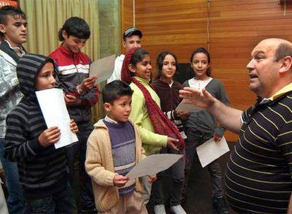 Niños inmigrantes reciben clases de canto e idiomas en el Ateneo de Ferrol.