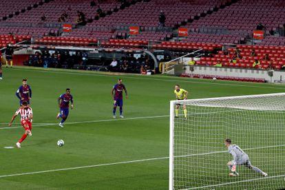 Diego Costa lanza un penalti ante Ter Stegen, que está con el pie ligeramente adelantado sobre la línea de gol, este martes en el partido entre el Barça y el Atleti en el Camp Nou.