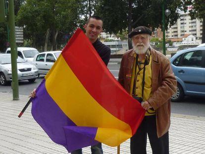 Fernández del Real despliega la bandera republicana, en Sevilla en 2012.