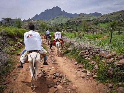 El equipo de MSF yendo de Rokero a Umo en burro.