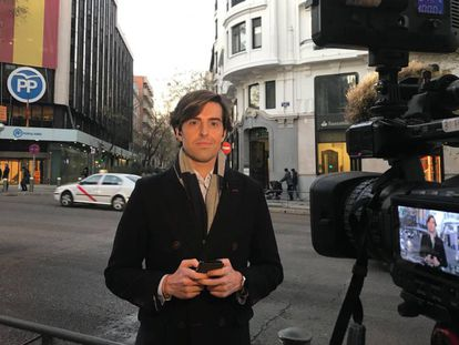 El periodista Pablo Montesinos frente a la sede del PP.