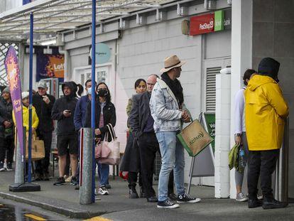 Cola de personas para entrar en un supermercado en Auckland, hoy.