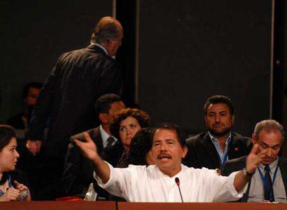Don Juan Carlos abandona la reunión mientras habla Daniel Ortega.