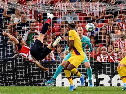 Aduriz marca de chilena ante el Barça el pasado agosto en San Mamés.