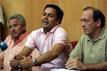 De izquierda a derecha, José de Castillo (PA), Agustín Pavón (IU) y Antonio Fraile (PP), ayer, en conferencia de prensa en el Ayuntamiento de Camas.