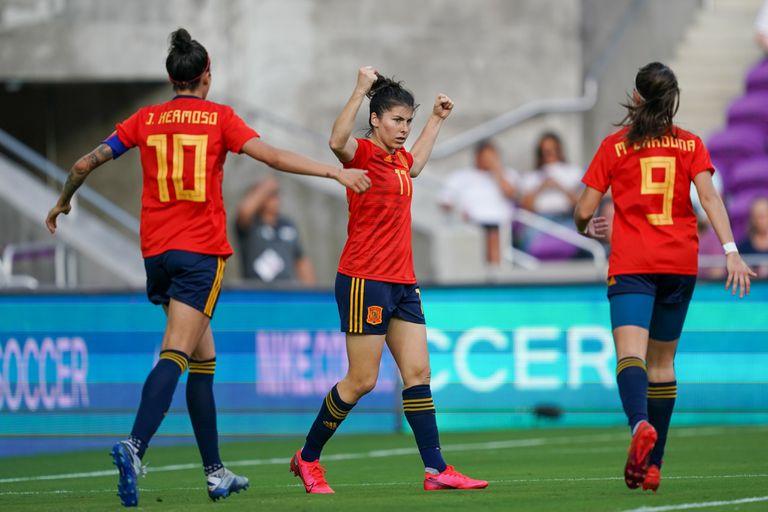 Lucía García celebra un gol con la selección española de fútbol.