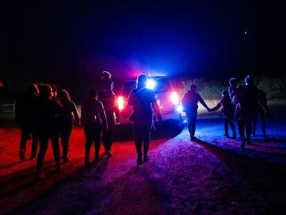 Migrantes en busca de asilo son custodiados por la patrulla fronteriza en Roma, Texas.