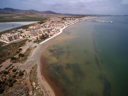 Vista aérea de la playa de Los Nietos, con el agua oscurecida del mar Menor en primer término.