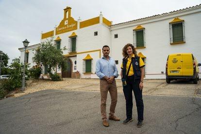 Jorge Delgado, usuario de Correos Cash, con la cartera MaríadelMarRamírez en Iznájar (Córdoba).