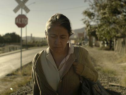 Mercedes Hernández interpreta a una madre en busca de su hijo en la frontera, en la película 'Sin señas particulares'.