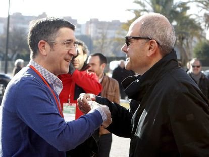 Patxi Lopez saluda a Manuel Chaves durante un receso Congreso.