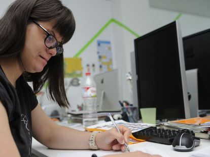 Anna Vives, en su mesa de trabajo.