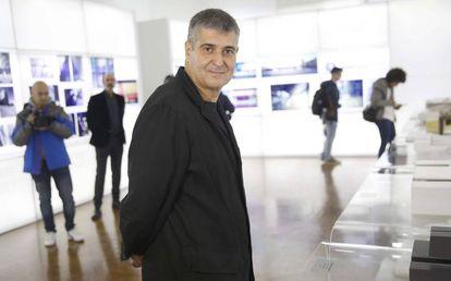 El arquitecto Rafael Aranda posa en la exposición sobre el estudio RCR instalada en San Sebastián.