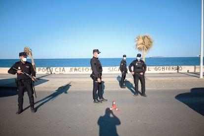 Agentes de Policía Nacional durante un control en La Línea.