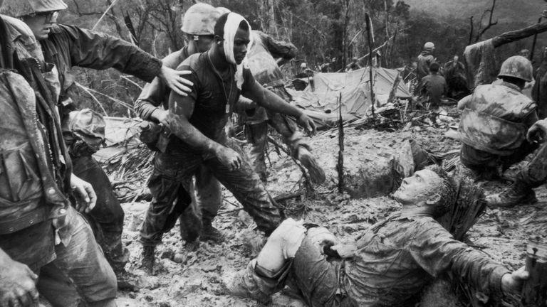 Soldados de Estados Unidos durante la lucha por el control de la colina 484 en Vietnam, en 1966.