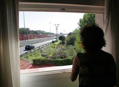 Una de las vecinas afectadas por el próximo carril bus contempla la carretera desde su casa.